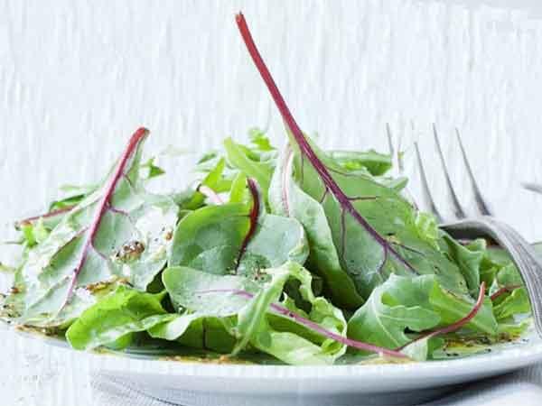 Pazı salatası tarifi. Mangold Salat Rezept Yoğurtlu pazı salatası nasıl yapılır